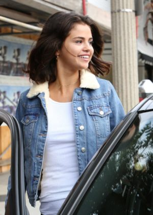 Selena Gomez - Grabbing an ice tea at Alfred Coffee in Studio City