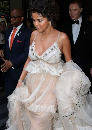 Selena Gomez - Heading to the Met Gala in NYC