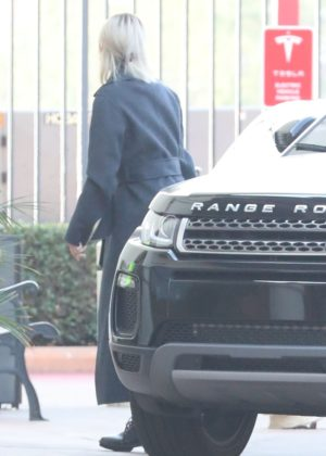 Selena Gomez - Hides before jetting off in Los Angeles