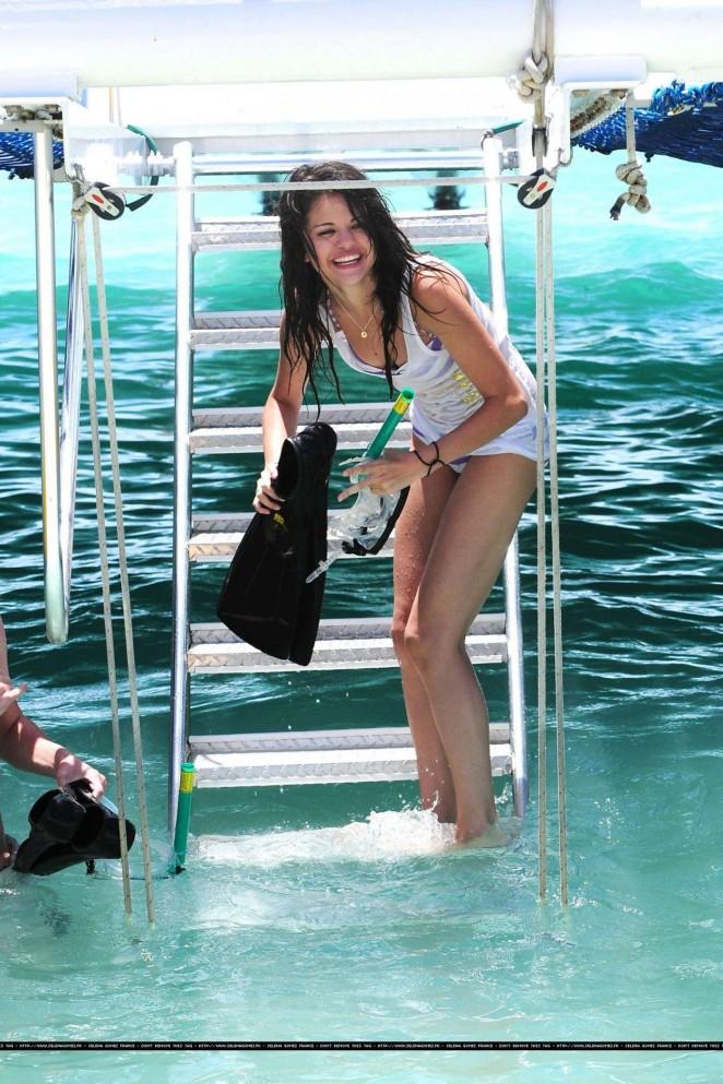 Selena Gomez 2016 : Selena Gomez in Bikini Bottoms -05