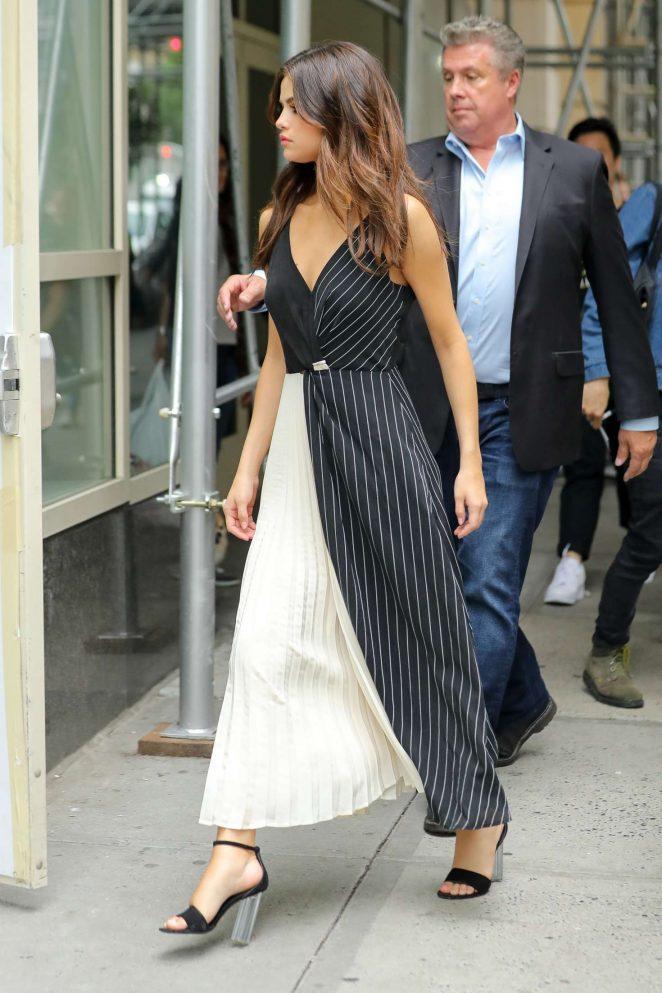 Selena Gomez In Black And White Dress 18 Gotceleb