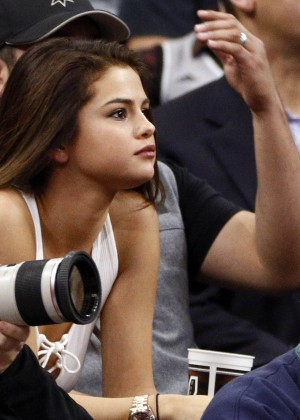 Selena Gomez: LA Lakers vs San Antonio Spurs -01