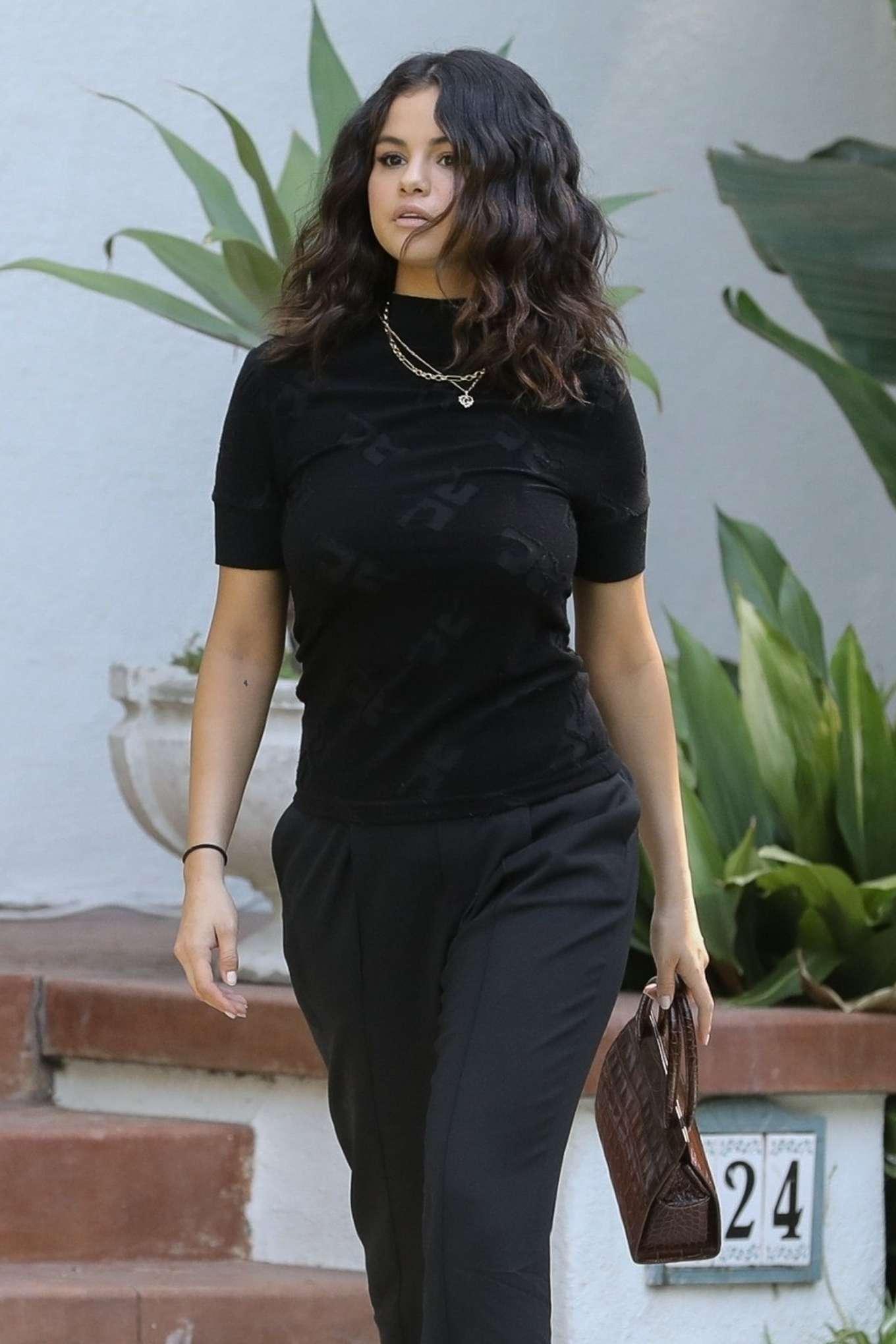 Selena Gomez - Leaves a friend in Los Angeles
