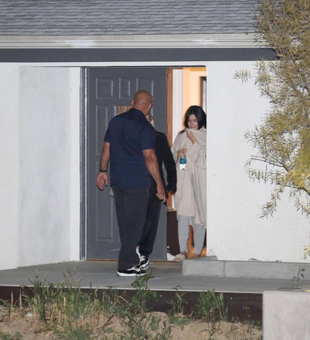 Selena Gomez: Leaving Friends House -09