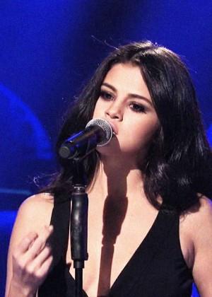 Selena Gomez p Performing on Saturday Night Live -18