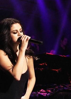 Selena Gomez p Performing on Saturday Night Live -20