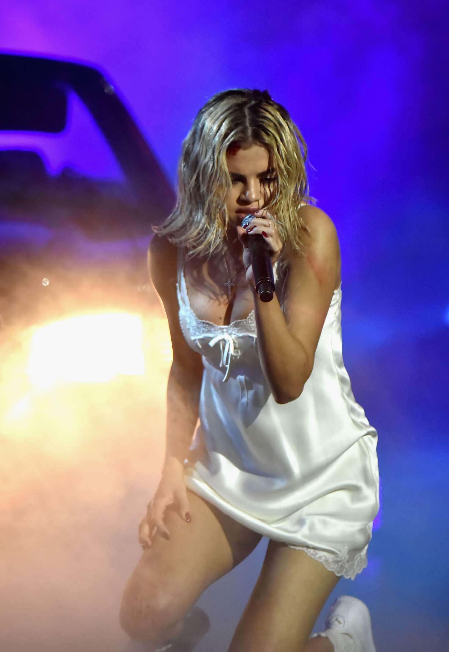 Selena Gomez – Performs at 2017 American Music Awards in LA