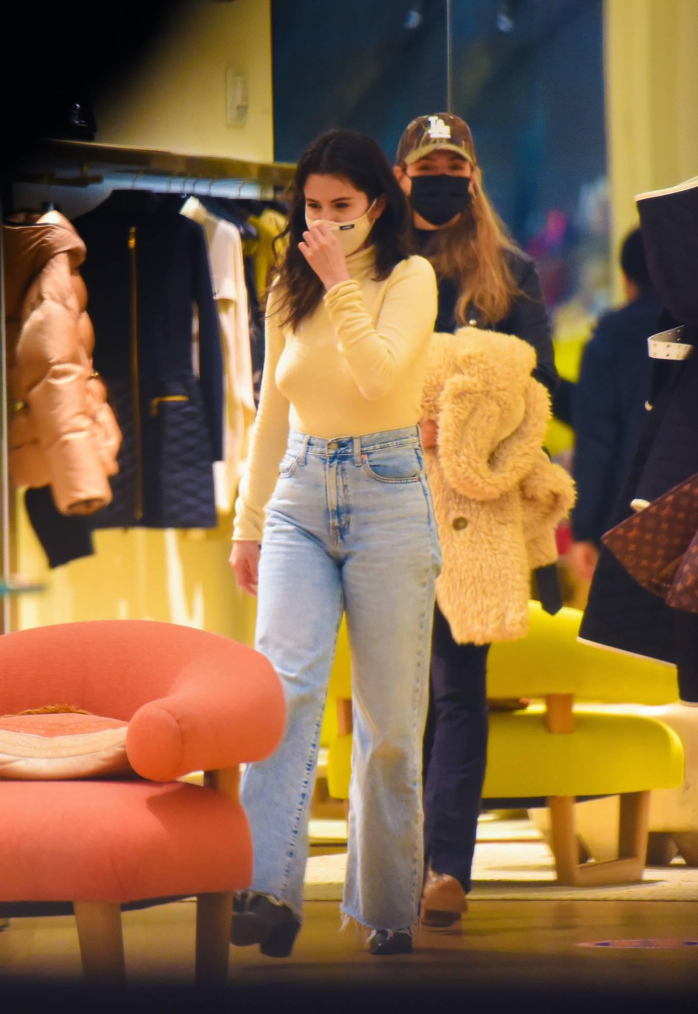 Selena Gomez - Shopping candids in New York