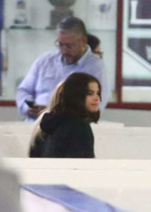 Selena Gomez - Watches Justin Bieber play Hokey in LA