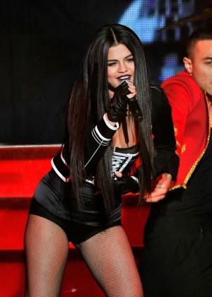 Selena Gomez: WiLD 94 9s FMs Jingle Ball 2015 -31