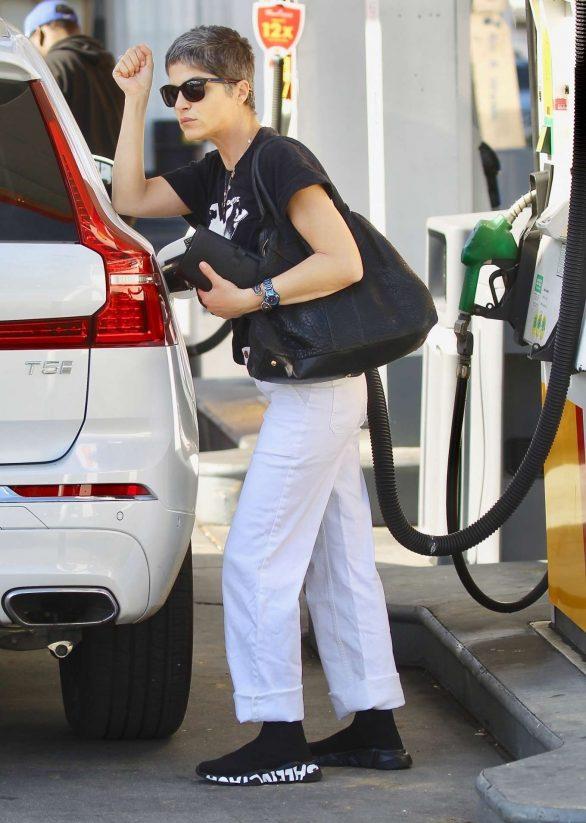 Selma Blair  - Pumps gas candids
