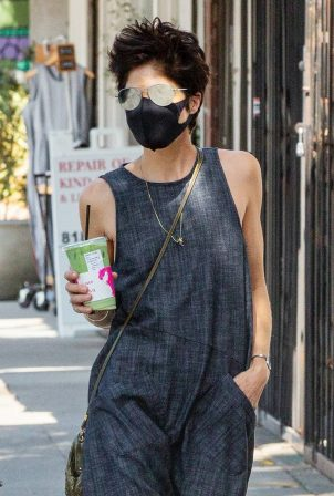 Selma Blair - Stops for a refreshing drink in Los Angeles