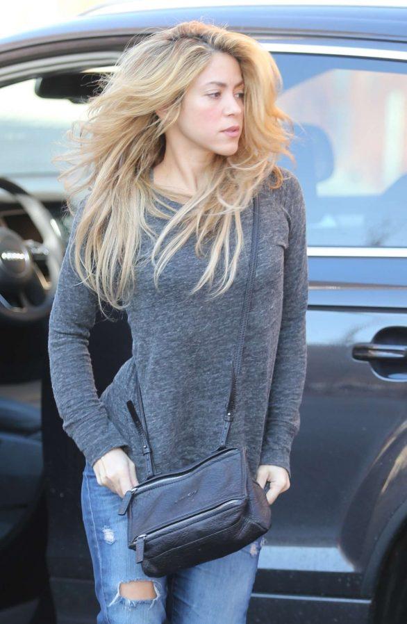 Shakira - Arrives at her house in Barcelona