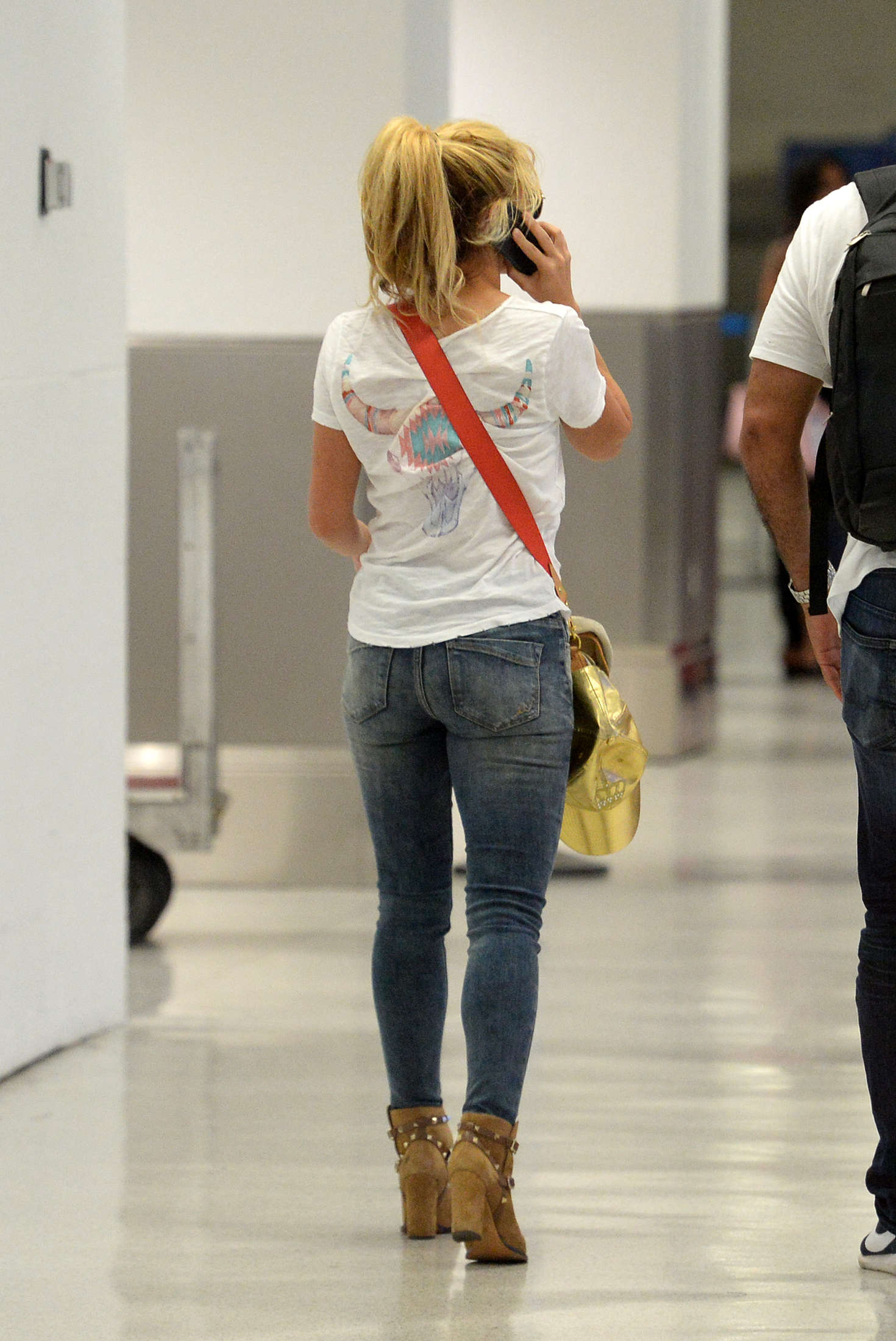shakira in jeans at miami international airport