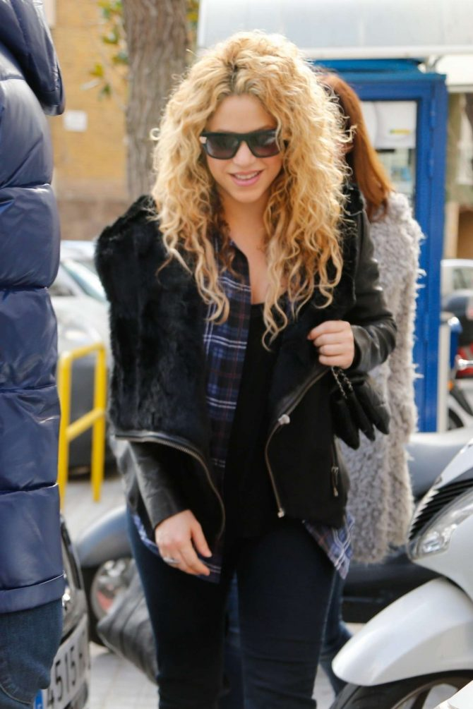 Shakira – Leaving a Japanese Restaurant in Barcelona