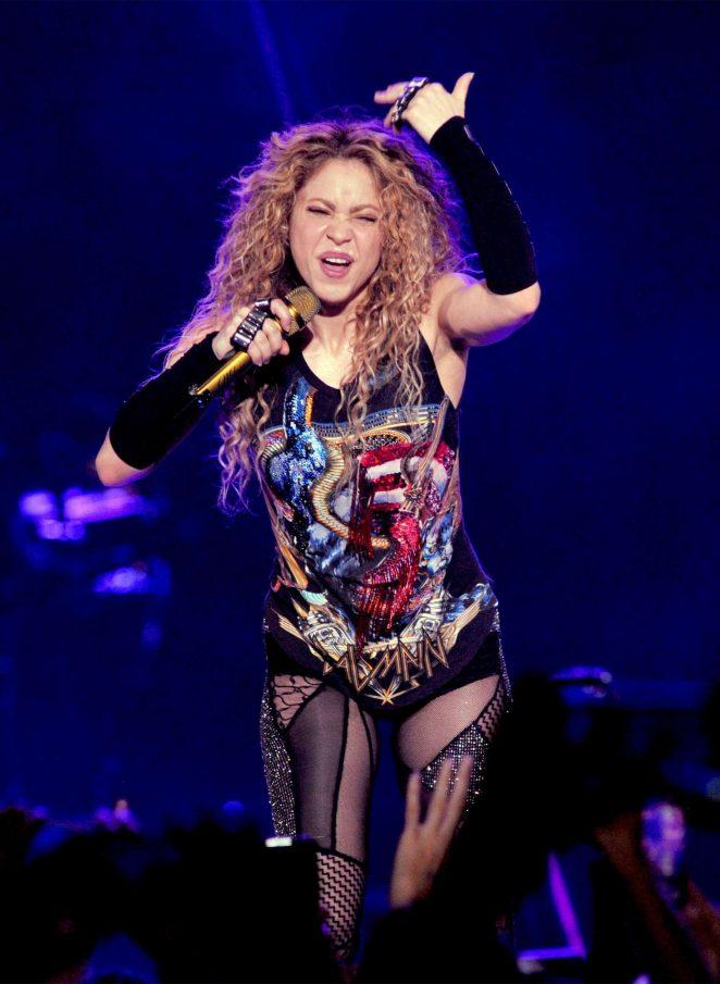 Shakira - Performing at her 'El Dourado Tour' in Milano