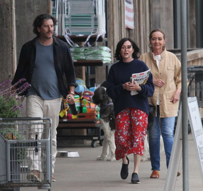 Shannen Doherty – Shopping at vintage market in Malibu