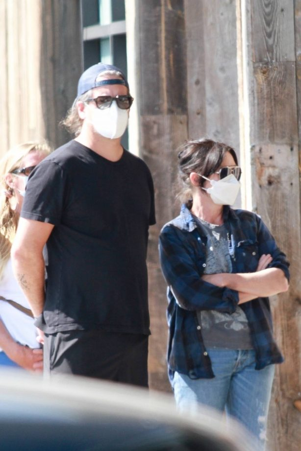 Shannen Doherty - Shopping candids with her husband at market in Malibu