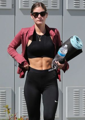 Shauna Sexton - Heading to a yoga class in Los Angeles