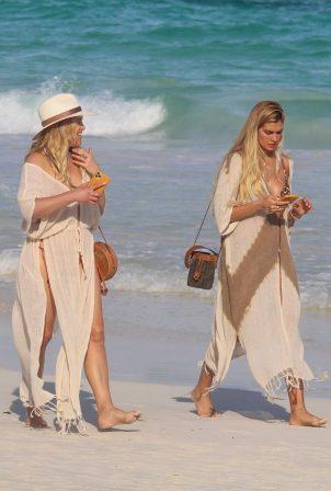 Shayna Taylor - Walk by the beach in Tulum