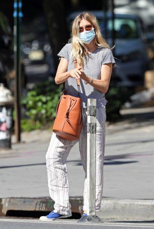 Sienna Miller - Heading to Dunkin' in New York