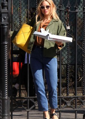 Sienna Miller - Leaves Joe's Pizza in Manhattan