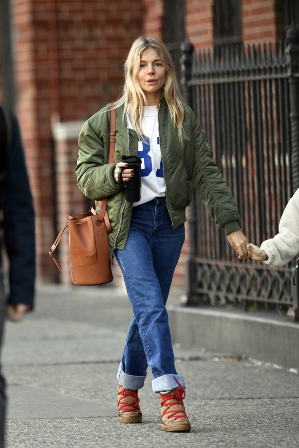 Sienna Miller - Picking up her coffe in New York City