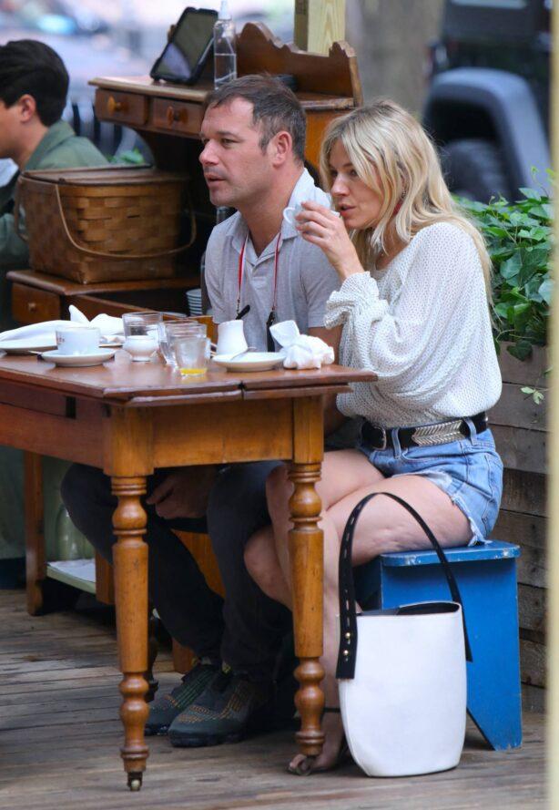 Sienna Miller - Seen with her new boyfriend in Downtown