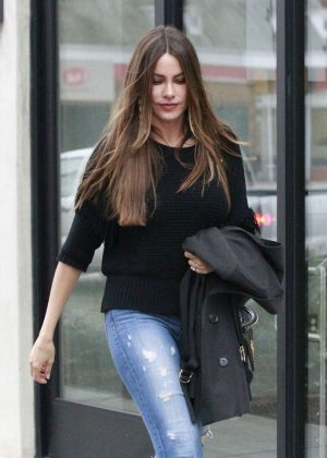 Sofía Vergara - Filming 'Modern Family' at The Hotel Bel-Air in LA