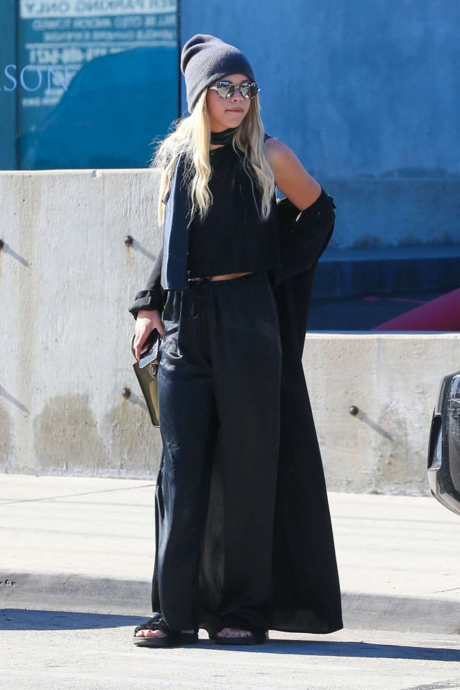 Sofia Richie in Black out shopping -01