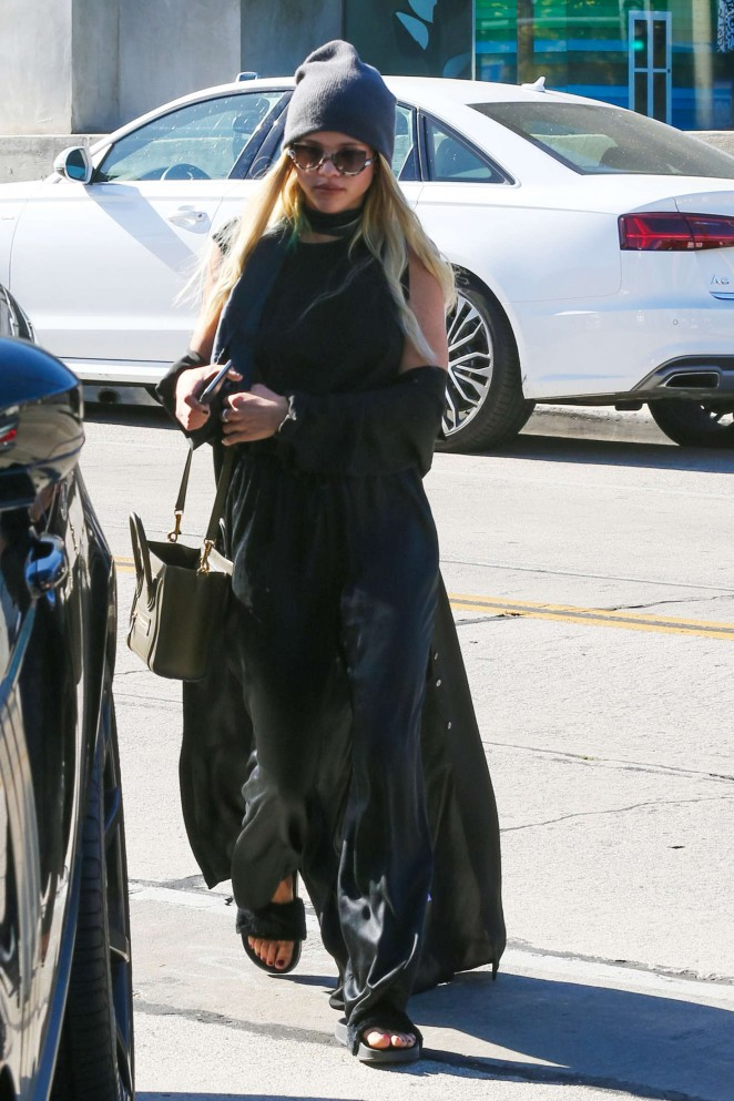 Sofia Richie in Black out shopping -05