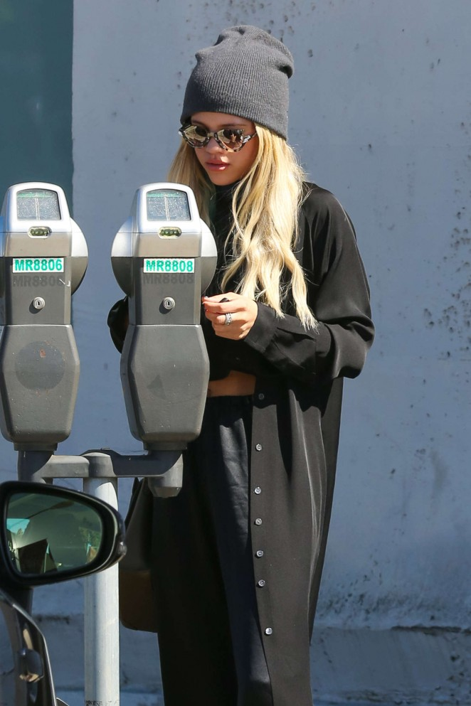 Sofia Richie in Black out shopping -08