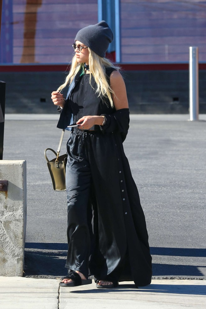 Sofia Richie in Black out shopping -10