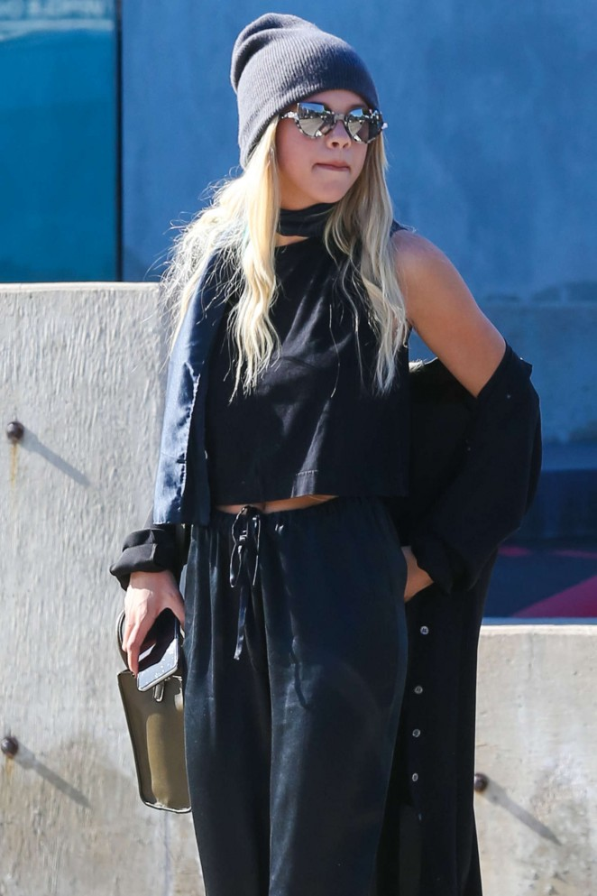 Sofia Richie in Black out shopping -11