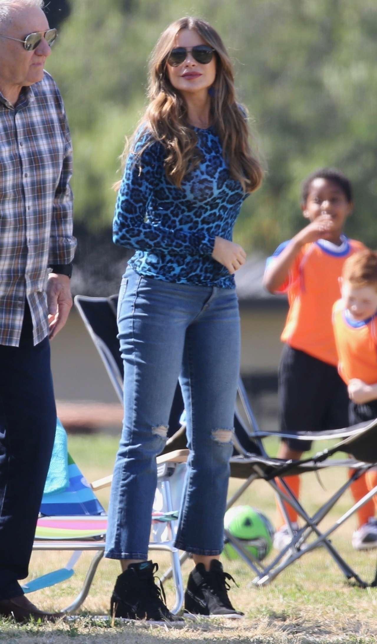 Sofia Vergara - Filming 'Modern Family' set in Los Angeles