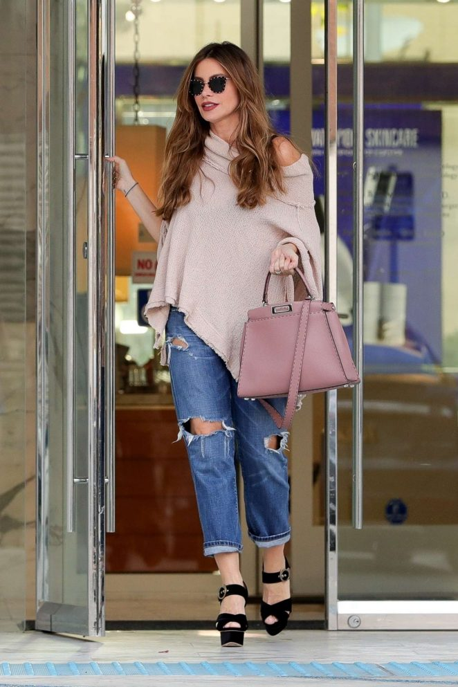 Sofia Vergara in Ripped Jeans - Shopping in Beverly Hills
