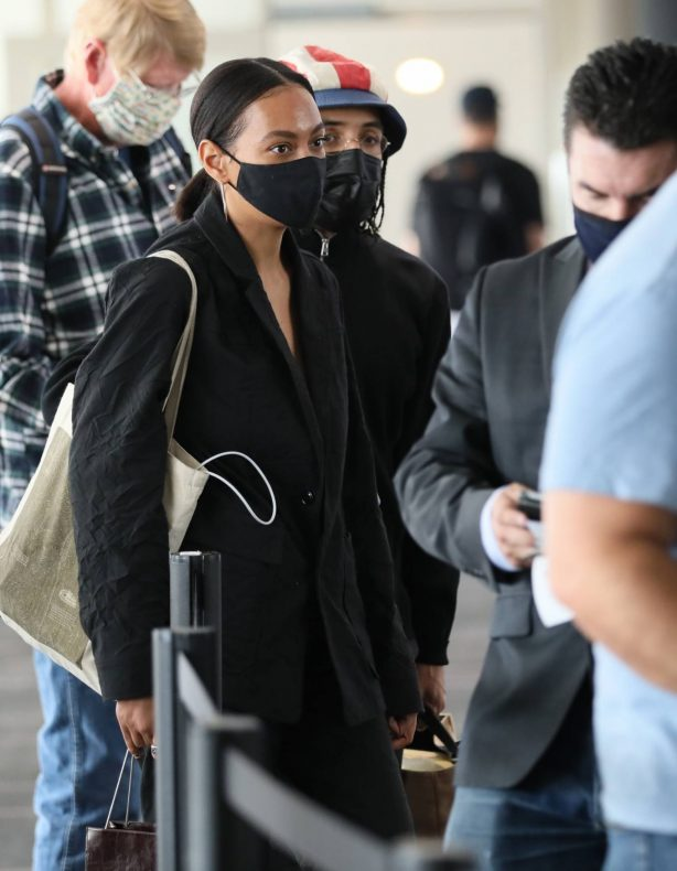 Solange Knowles - Catches a flight out of LA