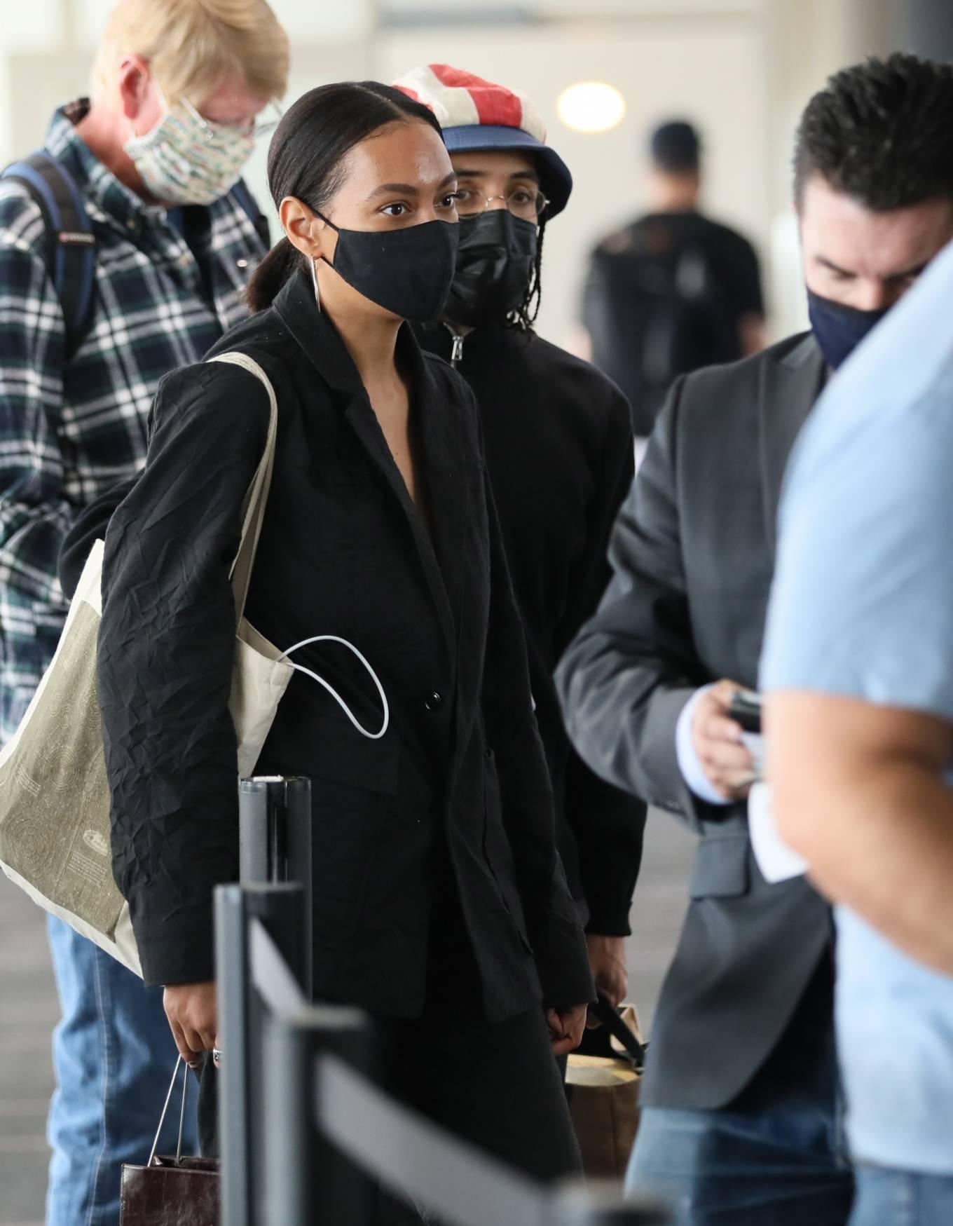 Solange Knowles - Catches a flight out of LA