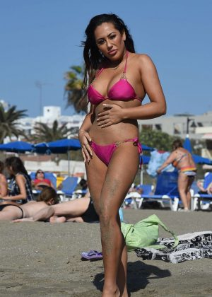 Sophie Kasaei in Pink Bikini on the beach in Lanzarote Pic 16 of 35