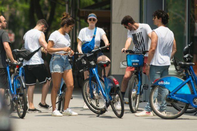 Sophie Turner Priyanka Chopra Joe and Nick Jonas - Go for a ride on Citibikes in NYC