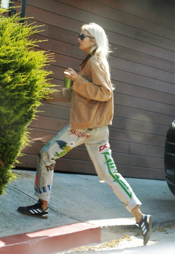 Stella Maxwell - Returns from a morning coffee run in Los Angeles