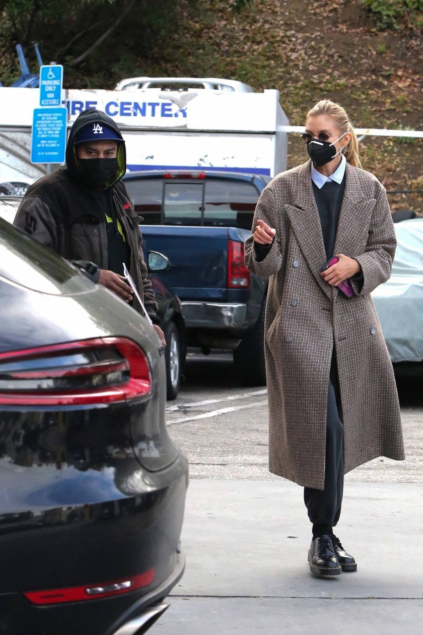 Stella Maxwell - Stops at a gas station in Los Angeles