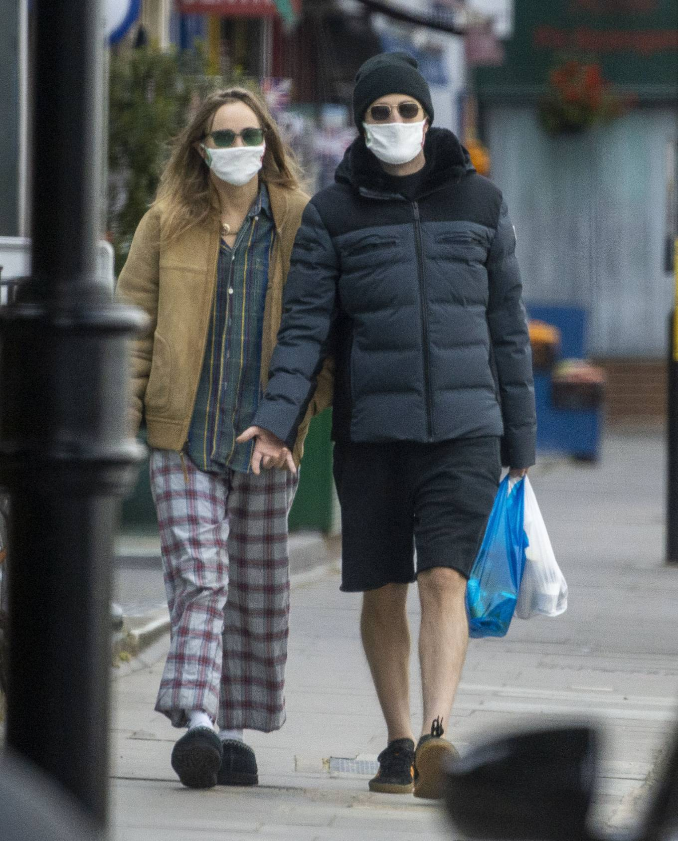 Suki Waterhouse 2020 : Suki Waterhouse and Robert Pattinson – Wearing matching face masks in London-01