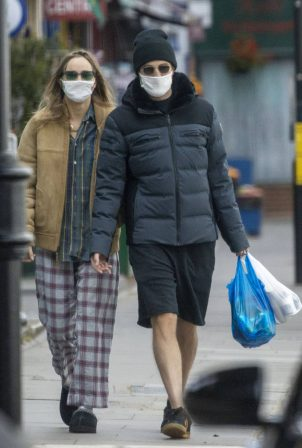 Suki Waterhouse and Robert Pattinson - Wearing matching face masks in London