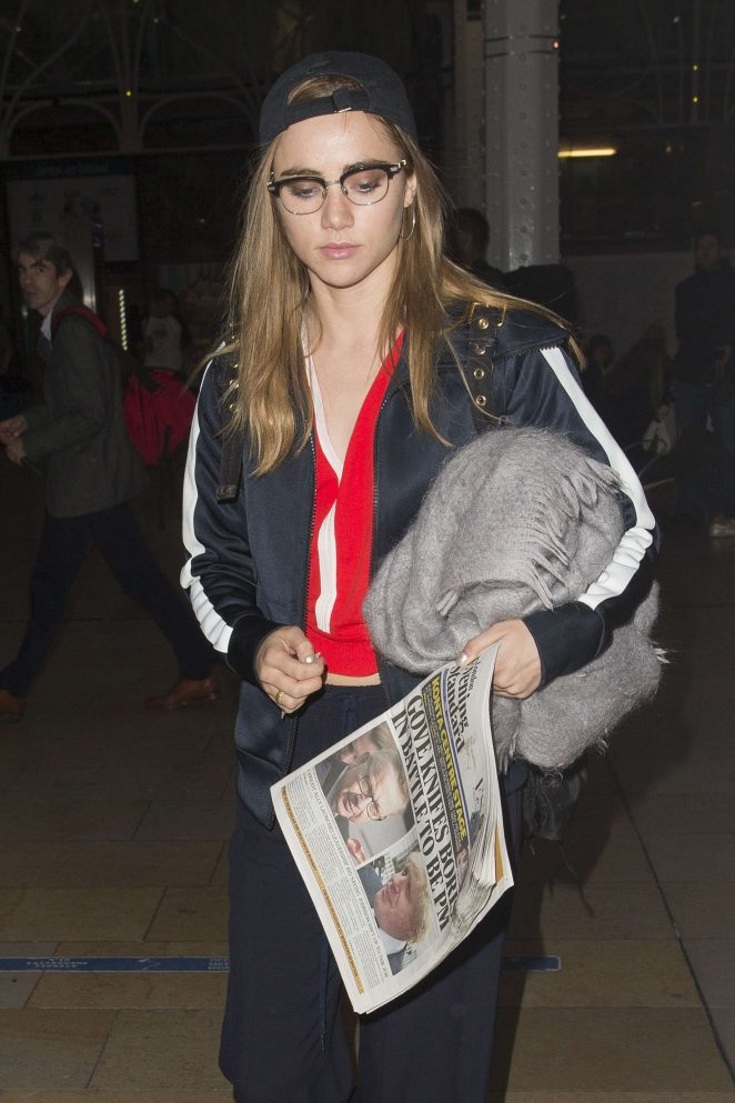 Suki Waterhouse Arriving at Station in Paddington -08