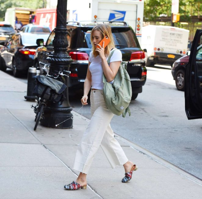 Suki Waterhouse arriving back to her Tribeca hotel -07