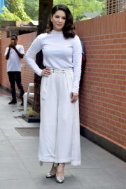 Sunny Leone - Arriving at her home in Mumbai