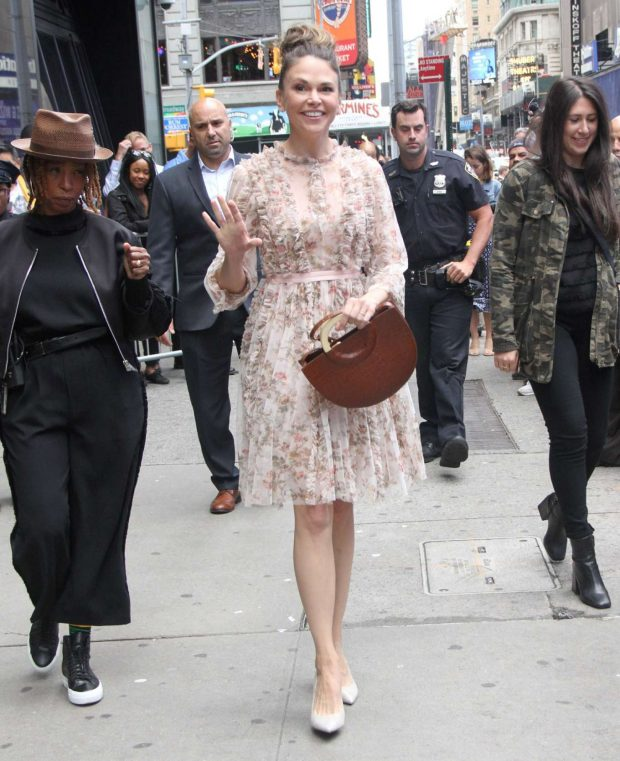 Sutton Foster 2019 : Sutton Foster: Outside Good Morning America-15