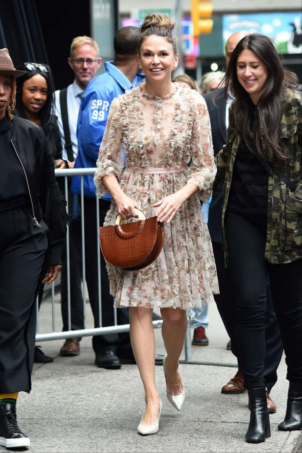 Sutton Foster 2019 : Sutton Foster: Outside Good Morning America-17