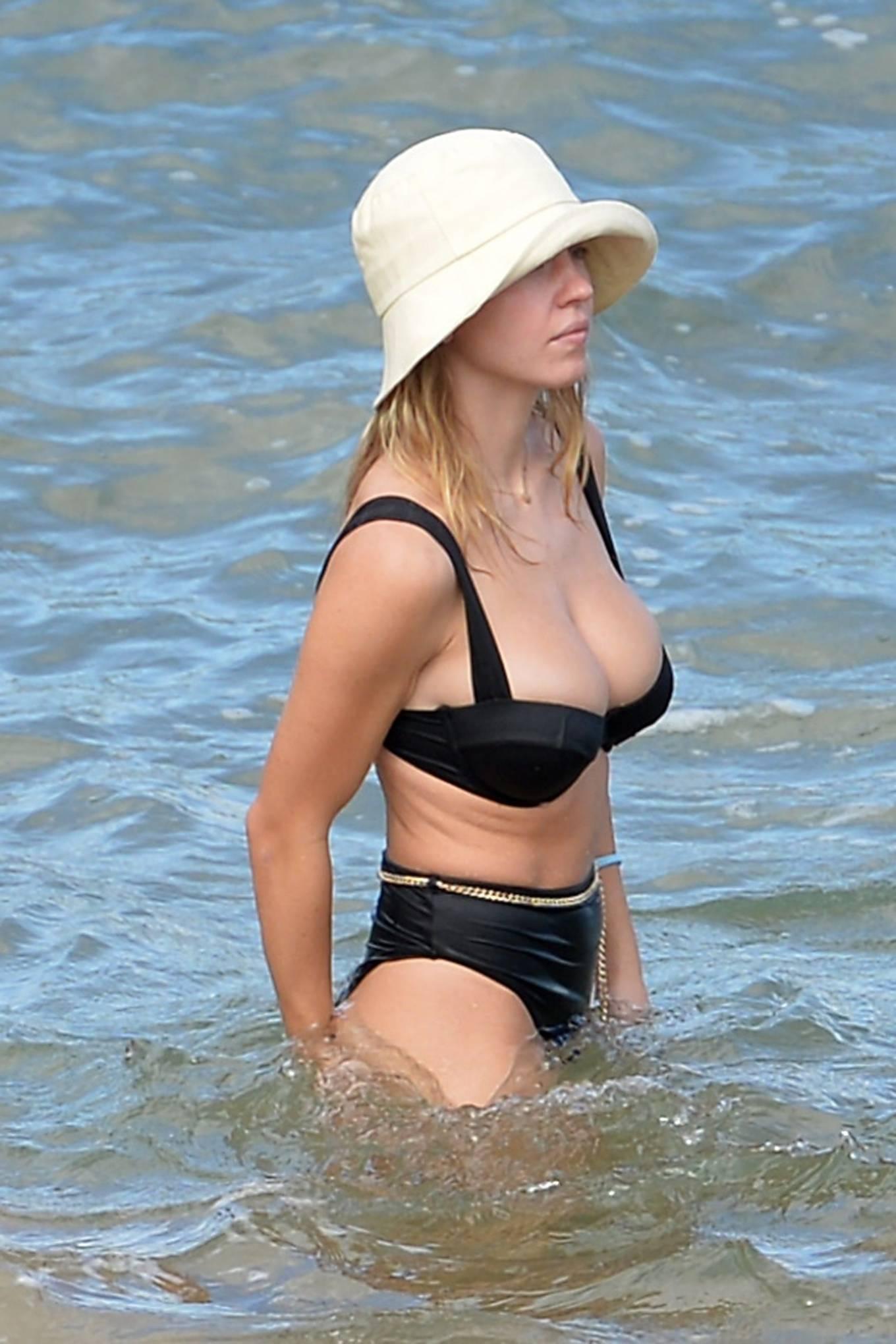 Sydney Sweeney - Seen at a beach in Hawaii